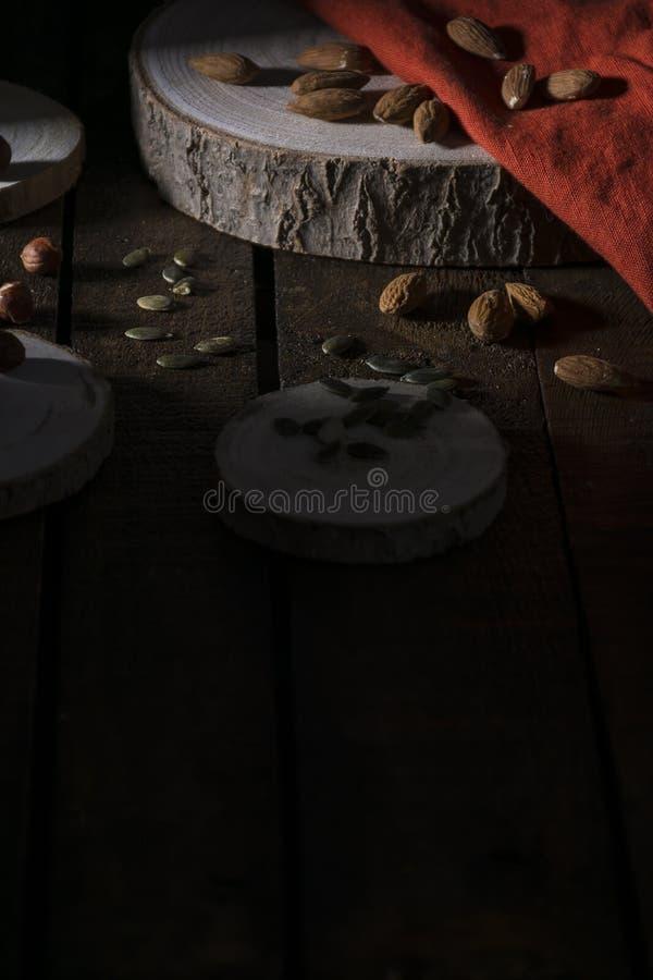 Frutti asciutti sulla vecchia tavola di legno fotografie stock libere da diritti