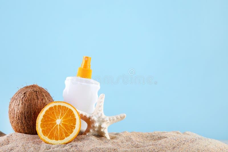 Frutti con le stelle marine e la protezione solare fotografie stock