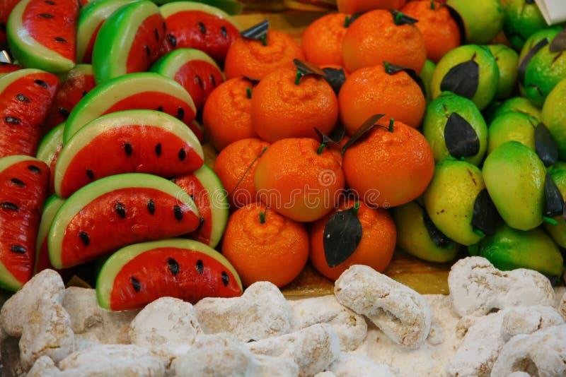 Frutti del marzapane da vendere in forno immagini stock
