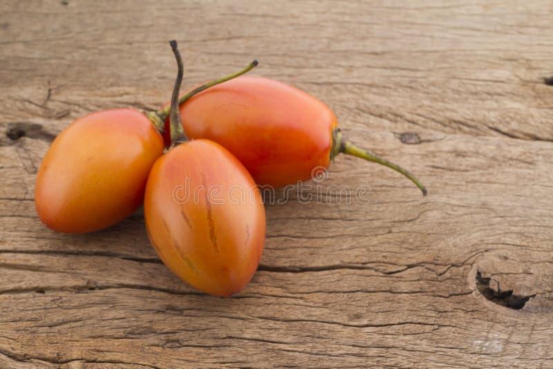 Frutti del tamarillo sul betaceum del solano della tavola fotografia stock