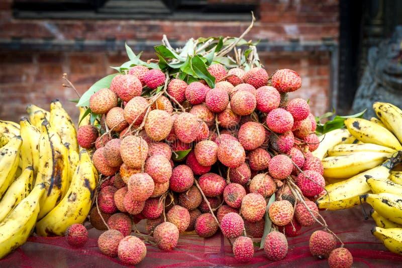 Frutti della banana e del Litchee organico nepalese fotografia stock libera da diritti