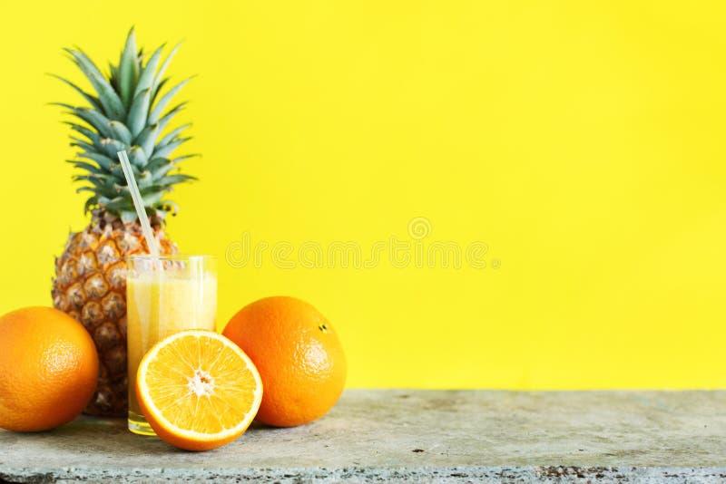 Frutti di Juice Smoothie Glass Straw Tropical di colore fotografia stock libera da diritti