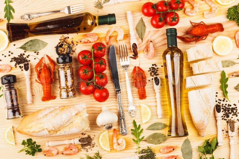 Frutti di mare, bottiglie differenti delle spezie, delle verdure, della pianta e di olio d'oliva immagini stock