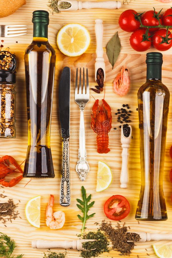 Frutti di mare, bottiglie differenti delle spezie, delle verdure, della pianta e di olio d'oliva immagini stock libere da diritti