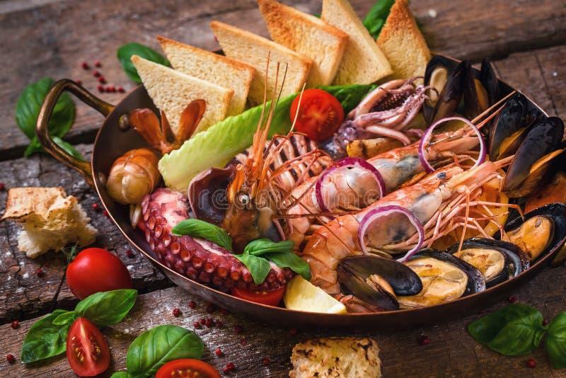 Prodotti Di Mare Cotti In Padella Con Toast E Verdure Immagine Stock Immagine Di Aglio Cottura 158677985