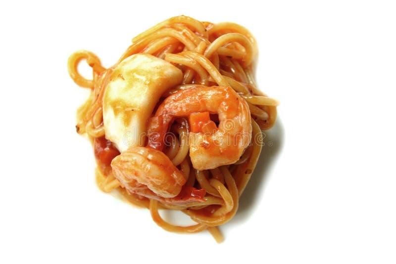 Frutti di mare degli spaghetti con salsa al pomodoro su fondo bianco immagini stock