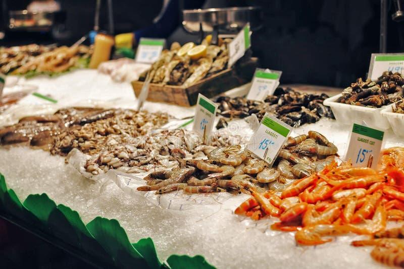 Frutti di mare freschi alla stalla del mercato ittico su Barcellona immagine stock libera da diritti