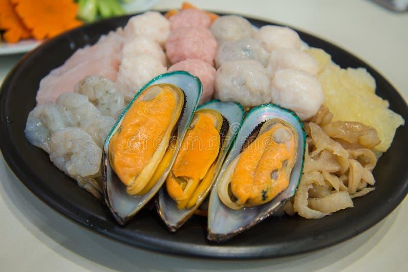 Frutti di mare freschi messi per il sukiyaki fotografia stock