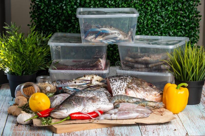 Frutti di mare freschi - snapper, branzino, gamberetti, granchi e calamari dorati fotografia stock