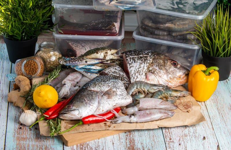 Frutti di mare freschi - snapper, branzino, gamberetti, granchi e calamari dorati immagini stock libere da diritti