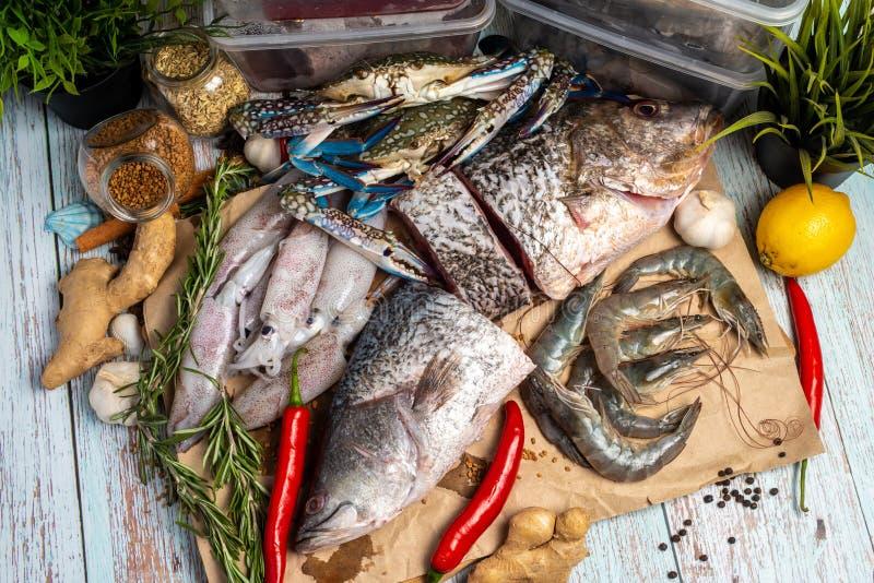 Frutti di mare freschi - snapper, branzino, gamberetti, granchi e calamari dorati fotografie stock