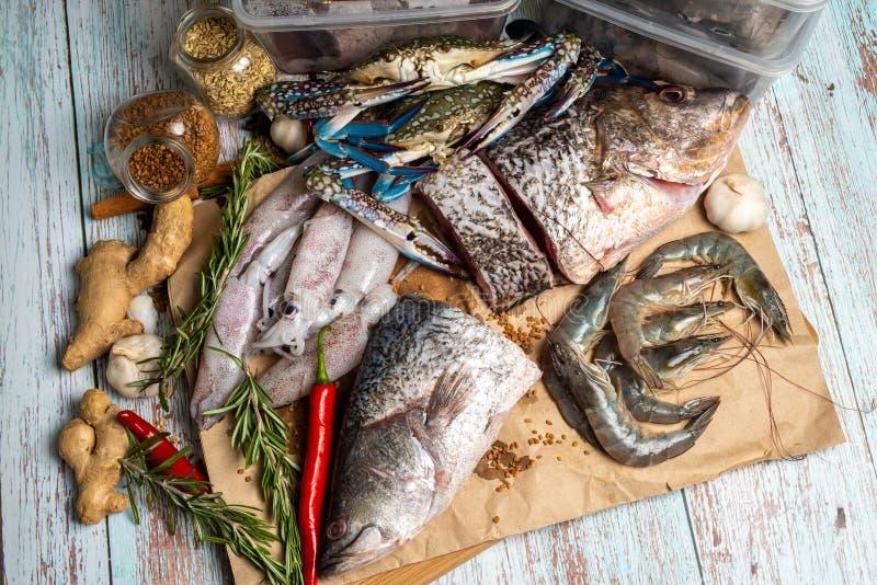 Frutti di mare freschi - snapper, branzino, gamberetti, granchi e calamari dorati immagini stock