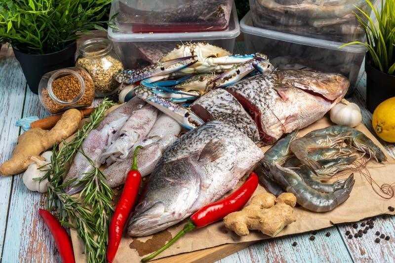 Frutti di mare freschi - snapper, branzino, gamberetti, granchi e calamari dorati fotografie stock libere da diritti