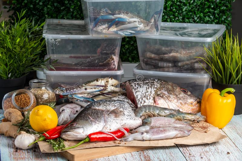 Frutti di mare freschi - snapper, branzino, gamberetti, granchi e calamari dorati immagine stock libera da diritti