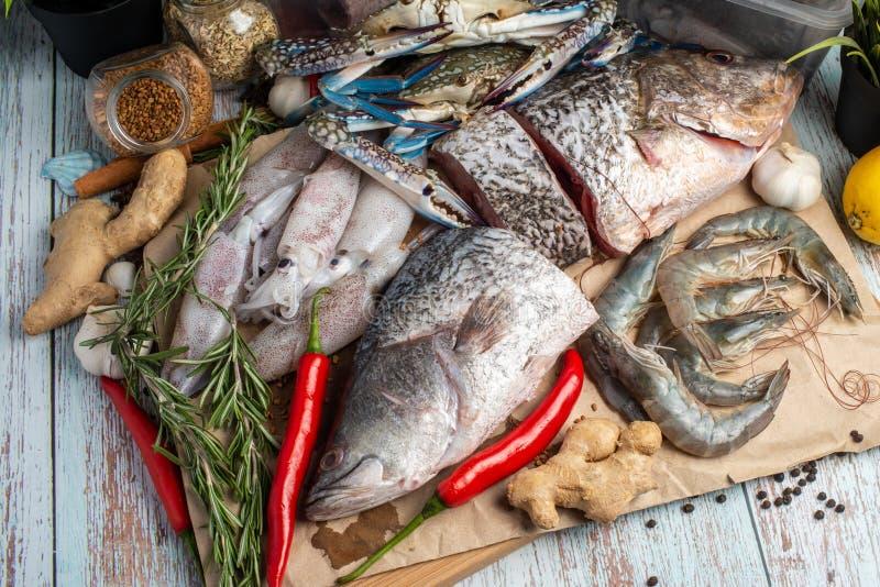 Frutti di mare freschi - snapper, branzino, gamberetti, granchi e calamari dorati fotografia stock libera da diritti
