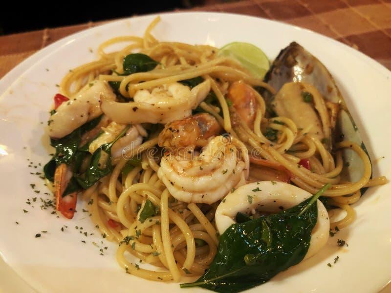 Frutti di mare piccanti degli spaghetti della Tailandia sul disco bianco immagini stock libere da diritti