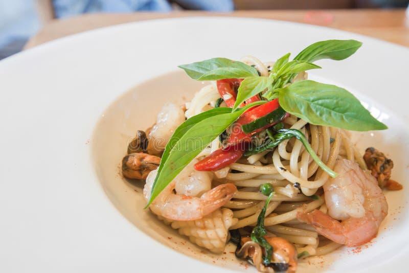 Frutti di mare piccanti degli spaghetti in piatto bianco immagini stock libere da diritti