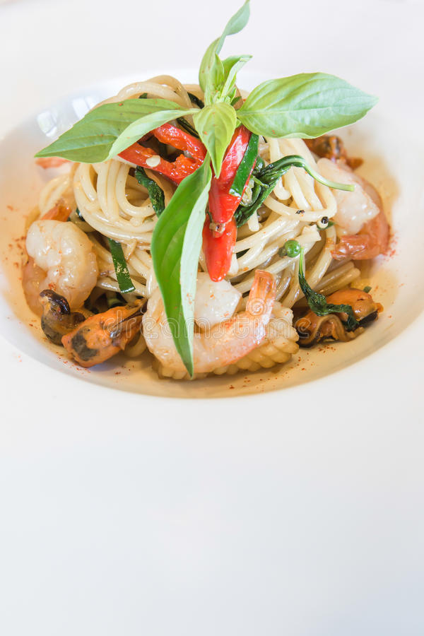 Frutti di mare piccanti degli spaghetti in piatto bianco fotografie stock