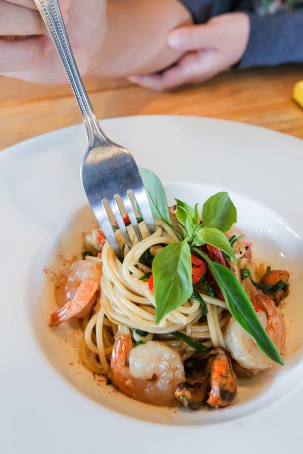 Frutti di mare piccanti degli spaghetti in piatto bianco fotografia stock libera da diritti