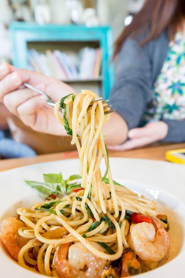 Frutti di mare piccanti degli spaghetti in piatto bianco immagini stock
