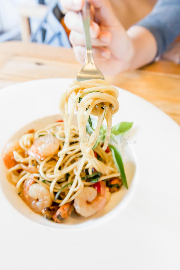 Frutti di mare piccanti degli spaghetti in piatto bianco fotografia stock