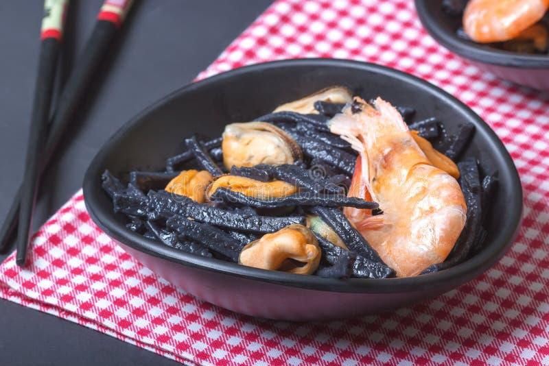 Frutti di mare Tagliatelle casalinghe nere dell'inchiostro della seppia con le cozze ed i gamberetti Cucina asiatica immagini stock