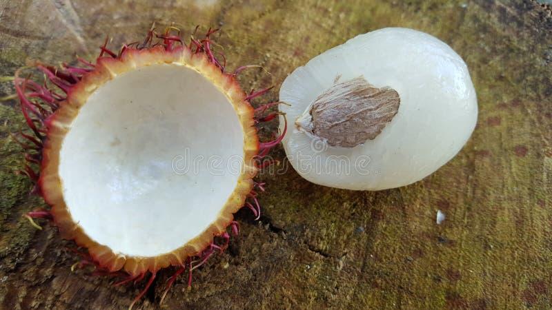Frutti di nephelium lappaceum del Rambutan e la sua carne fotografia stock libera da diritti