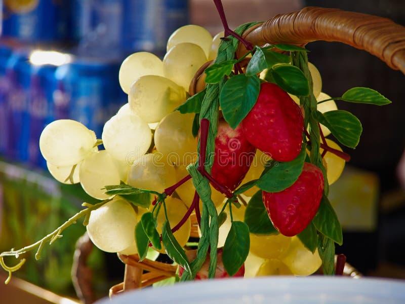 Frutti di plastica artificiali assortiti fotografia stock libera da diritti