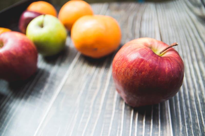 Frutti di varietà con le mele verdi e le arance delle mele rosse immagini stock