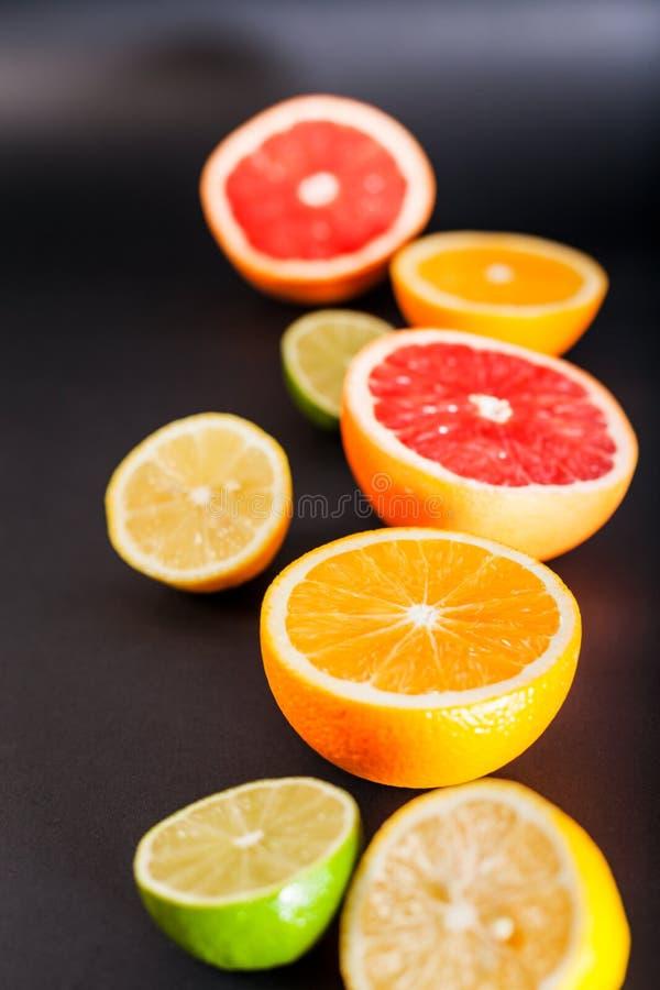 Frutti differenti in un taglio su un fondo nero immagini stock libere da diritti