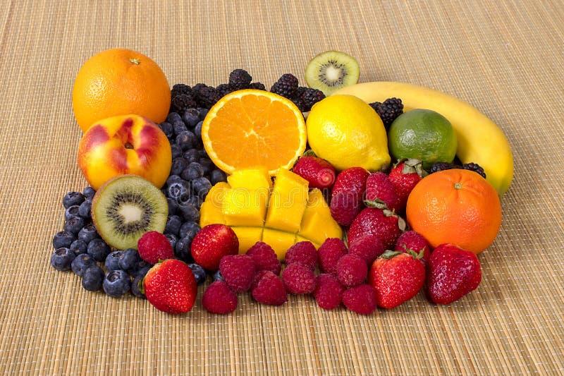 Frutti e bacche organici freschi su un fondo di bambù fotografia stock