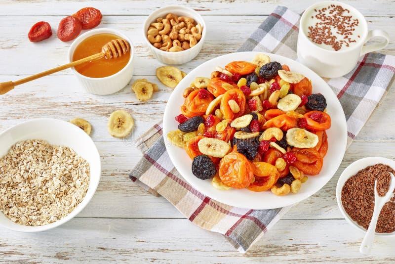 Frutti e dado secchi, cereale, yogurt, miele fotografie stock libere da diritti