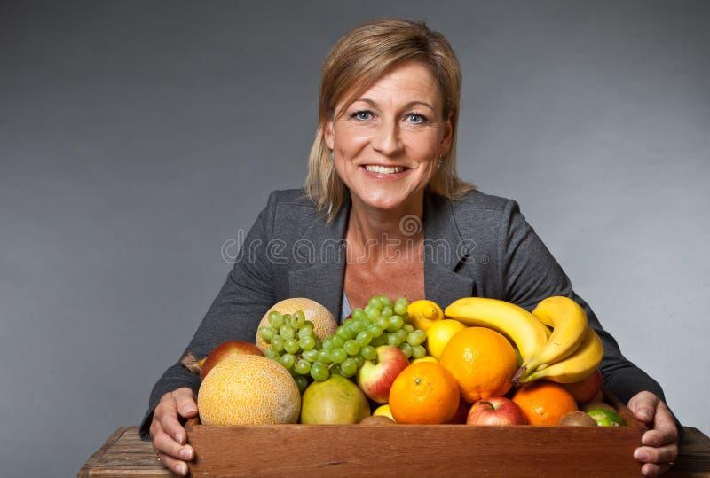 Frutti e donna sveglia bionda fotografie stock