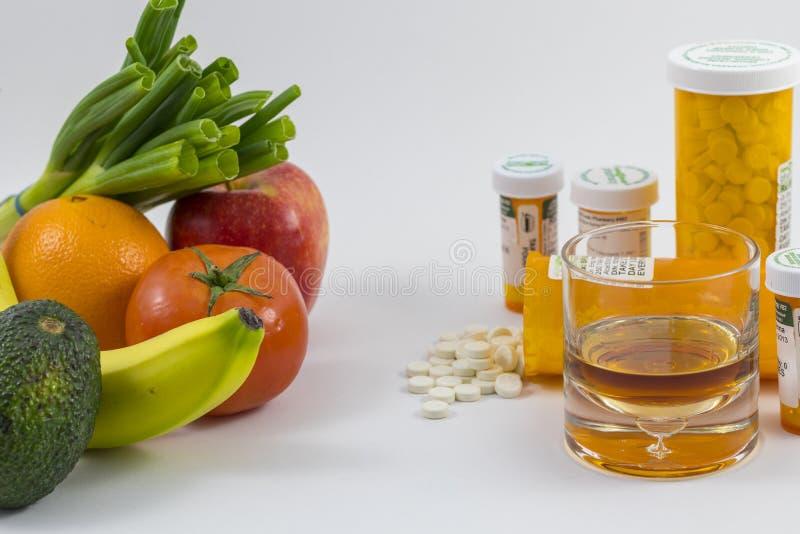 Frutti e verdure ed alcool e pillole immagini stock libere da diritti
