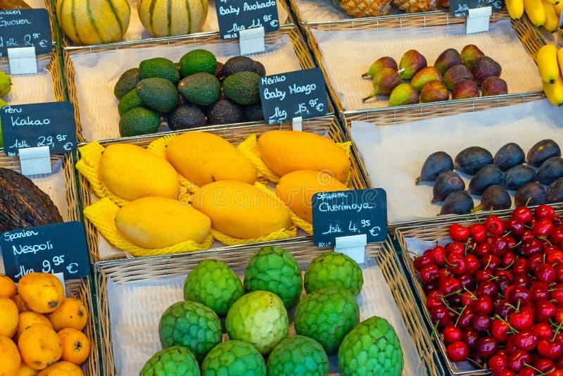Frutti esotici da vendere ad un mercato fotografia stock libera da diritti
