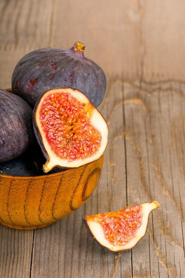 Frutti freschi del fico sul piatto di legno rustico fotografie stock libere da diritti
