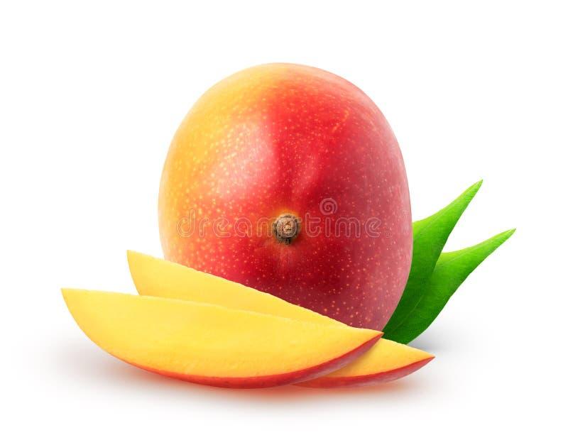 Frutti isolati del mango Intere frutta e fette del mango con le foglie isolate su fondo bianco con il percorso di ritaglio immagini stock libere da diritti