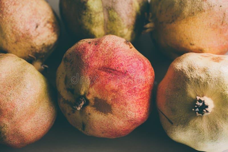Frutti maturi del melograno come fondo Chiuda sulla vista del fondo dei melograni Frutta fresca Gruppo di melograni d'annata fotografie stock