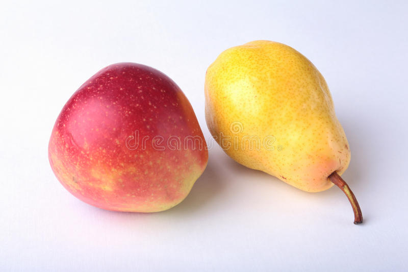 Frutti organici freschi isolati su fondo bianco Mela assortita e pera fotografia stock