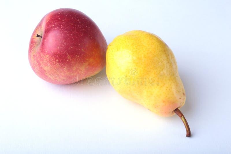 Frutti organici freschi isolati su fondo bianco Mela assortita e pera fotografie stock libere da diritti