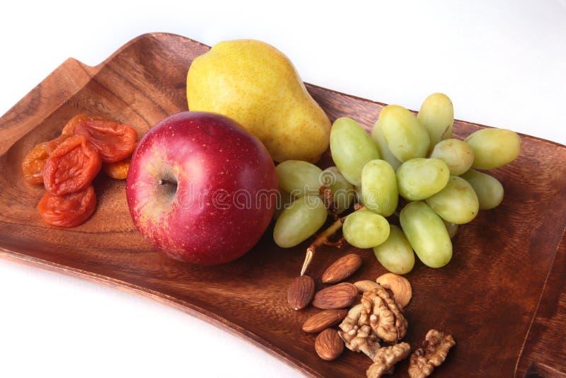 Frutti organici freschi sul vassoio di legno del servizio Mela assortita, pera ed uva immagine stock