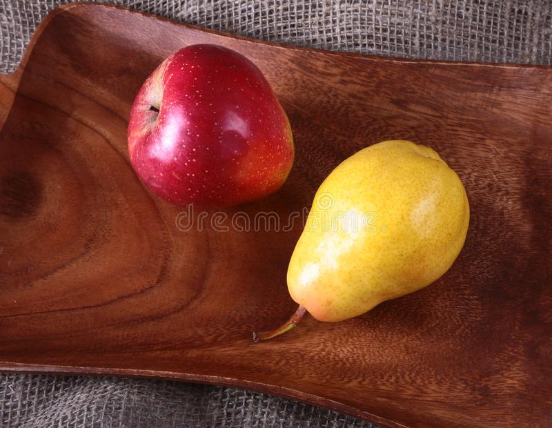 Frutti organici freschi sul vassoio di legno del servizio Pera assortita e mela fotografia stock