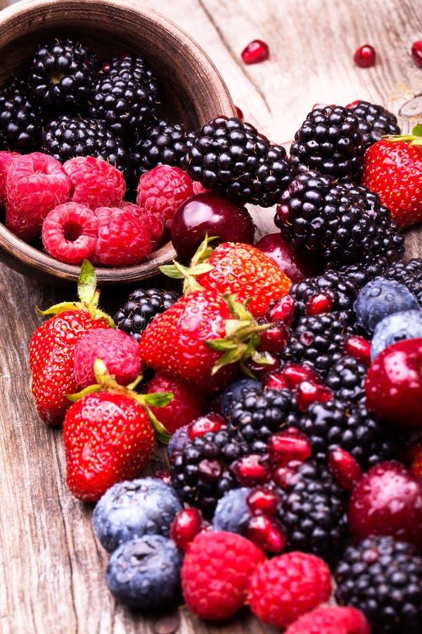 Frutti saporiti di estate su una tavola di legno fotografie stock libere da diritti