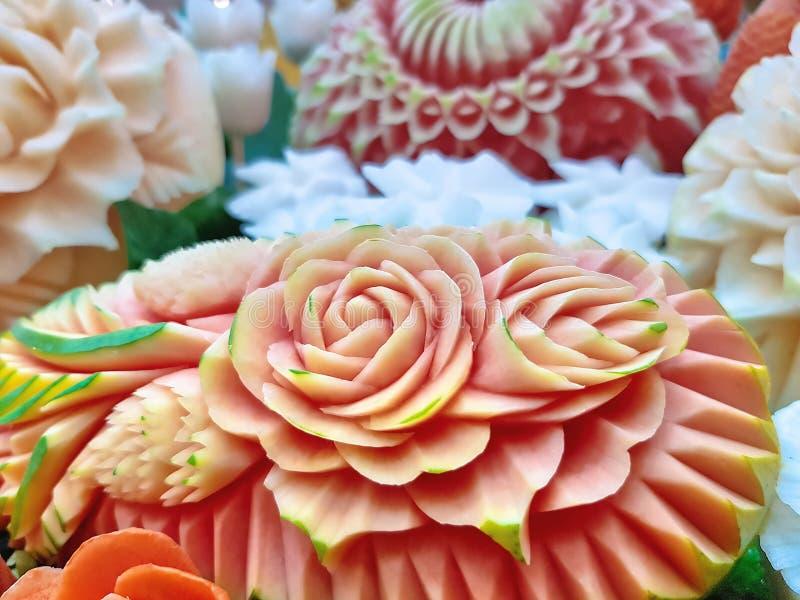 Frutti scolpiti tradizionali tailandesi con i modelli di fiore fotografie stock