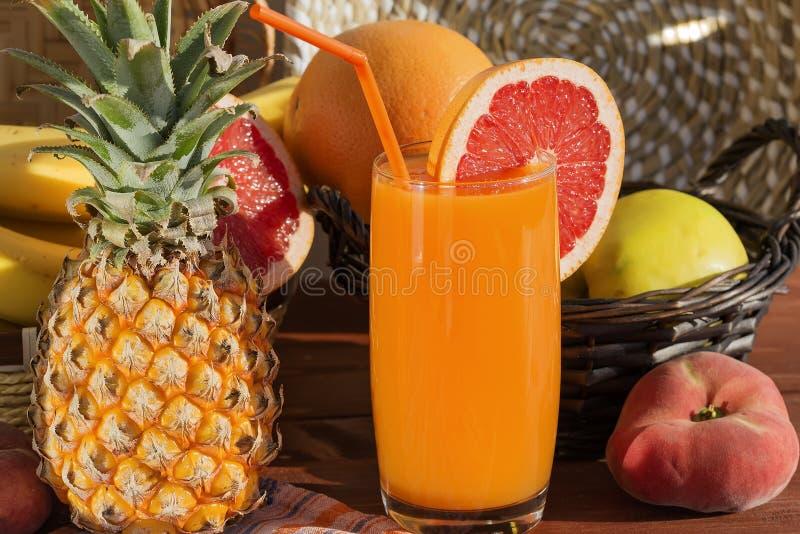 Frutti succosi freschi da cui il succo del multivitaminico è fatto immagine stock