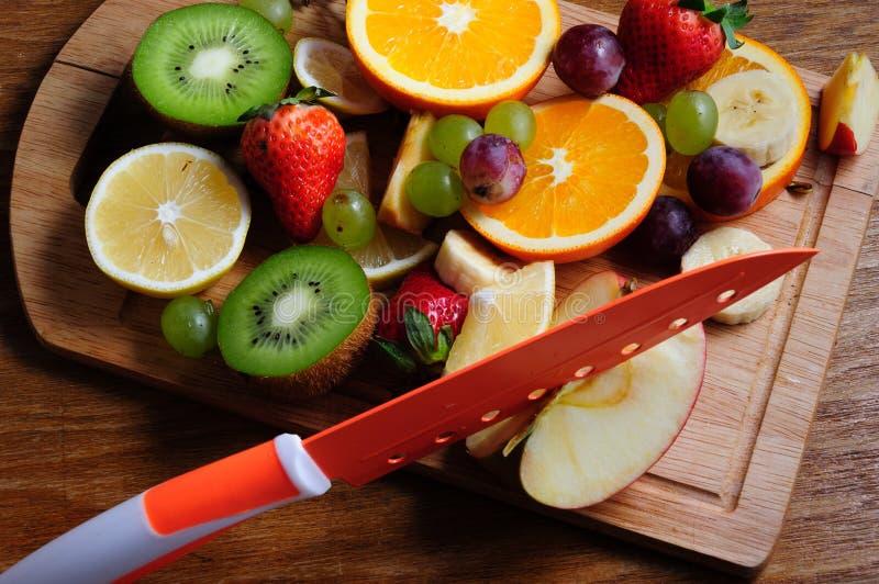 Frutti succosi su un bordo di legno fotografie stock