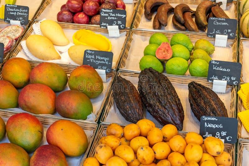 Frutti tropicali da vendere ad un mercato fotografia stock