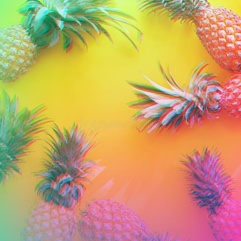 Frutti tropicali dell'intera mela del pino con giallo delle foglie fotografie stock libere da diritti
