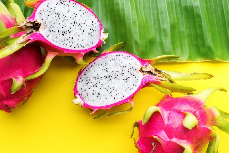 Frutti tropicali di Pitahaya su fondo giallo grezzo fotografie stock