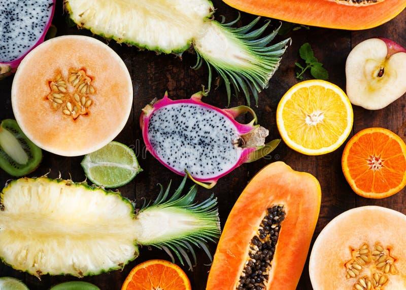 Frutti tropicali differenti su una tavola di legno, papaia, frui del drago fotografia stock